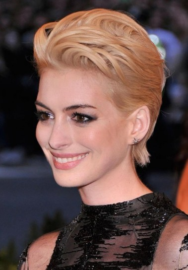 Anne Hathaway con capelli corti 