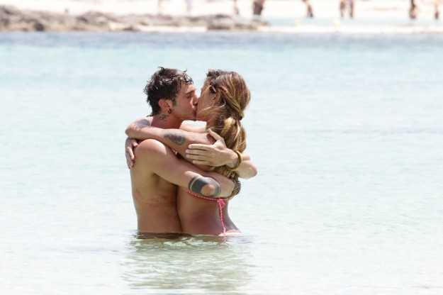 Belen Rodriguez e Stefano de Martino, baci in acqua