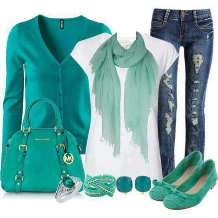 Look con accessori verde acqua e turchese