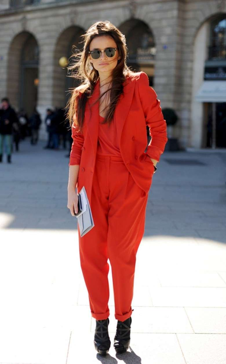 Look in total red con scarpe nere