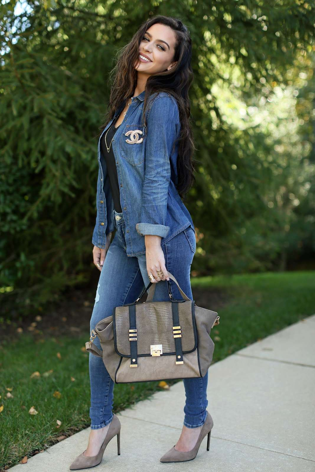 Look in denim con borsa e scarpe tortora