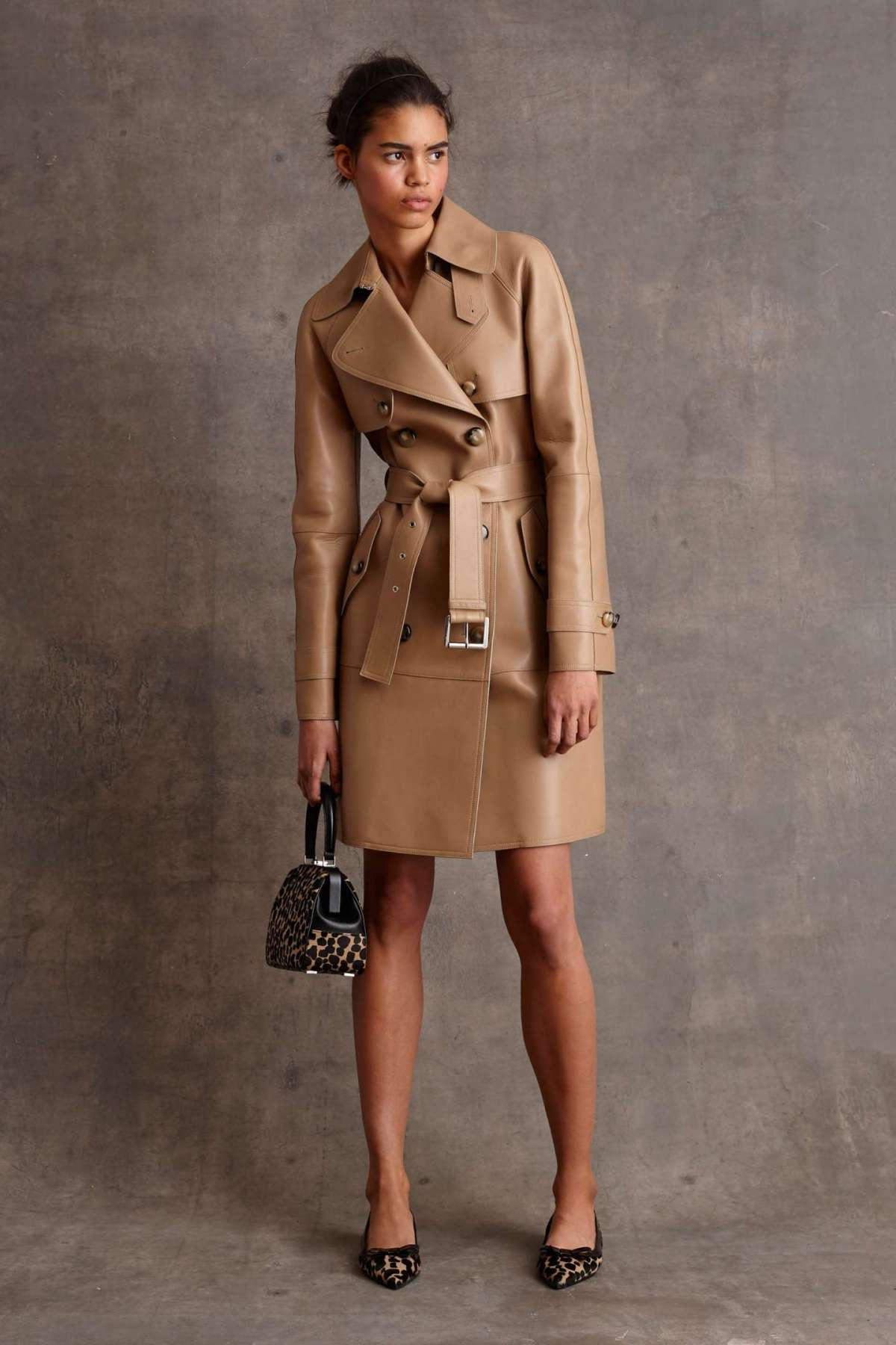 Look con trench coat in pelle