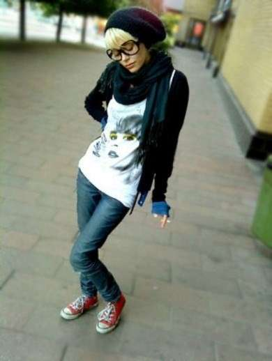 Look hipster con sneakers
