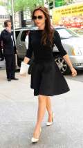 Victoria Beckham con skater dress nero
