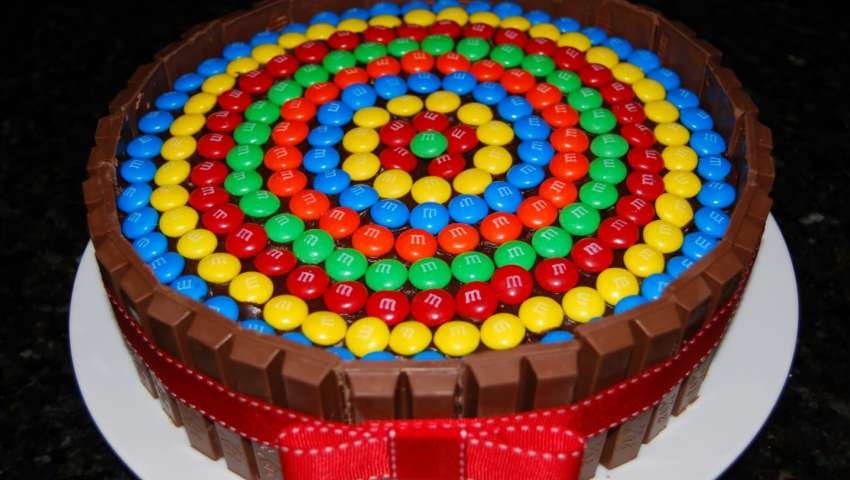 Torta kit kat pourfemme for Decorazione torte con smarties