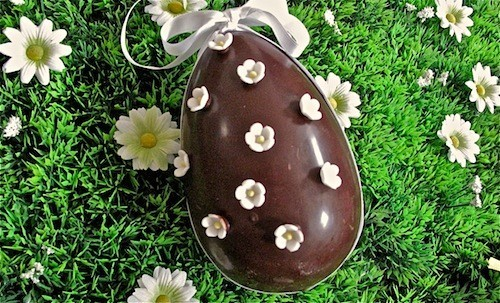 Uovo di Pasqua di cioccolato fiorito
