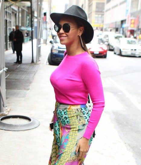 Beyonc in un curioso look con cappello