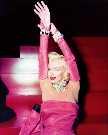 Marylin Monroe con un abito fucsia