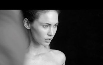 Megan Fox si spoglia per Armani: il video del backstage