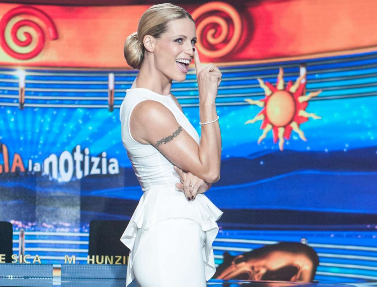 La star tv in outfit bianco in tv