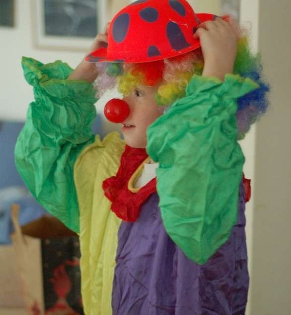 Bambino travestito da clown