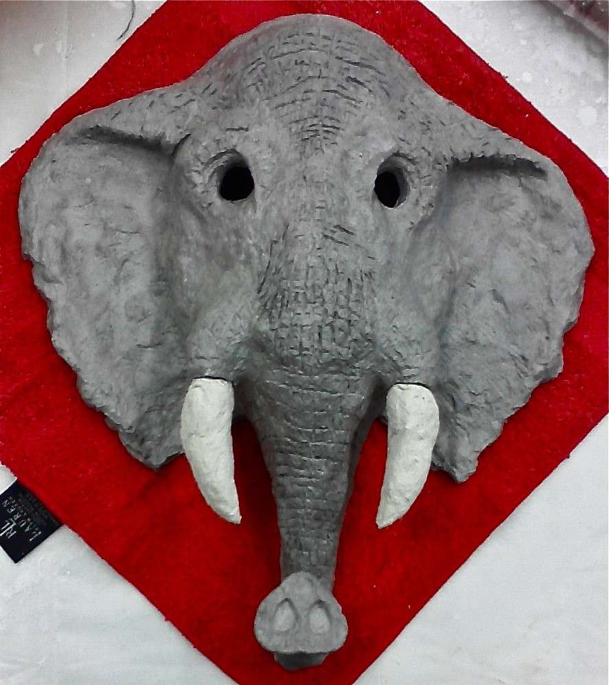 Un elefante in cartapesta