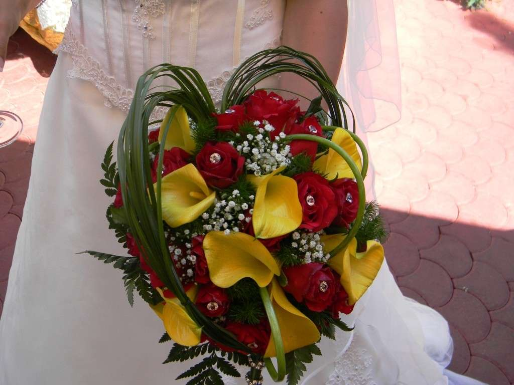 Bouquet sposa calle gialle e rose rosse