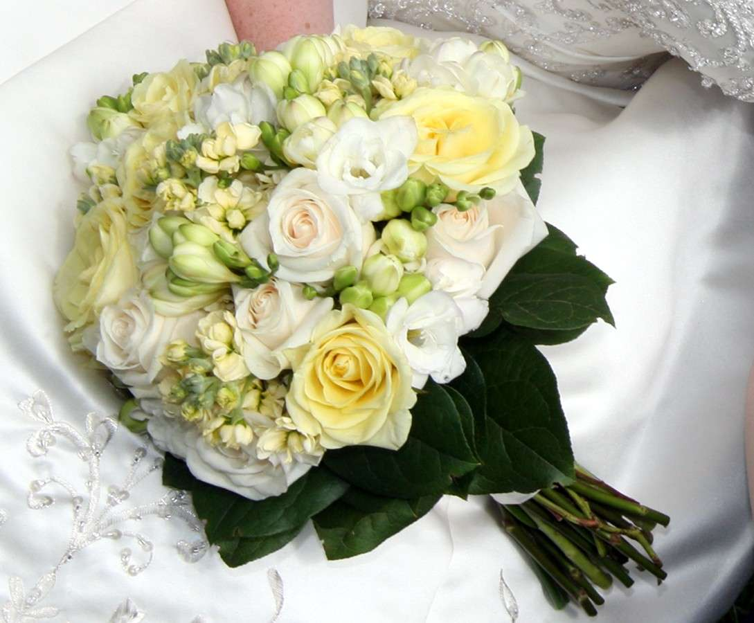 Bouquet sposa rose bianche e gialle