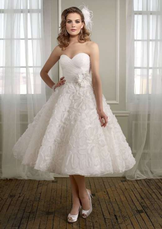Modello da sposa vintage con gonna con ruches