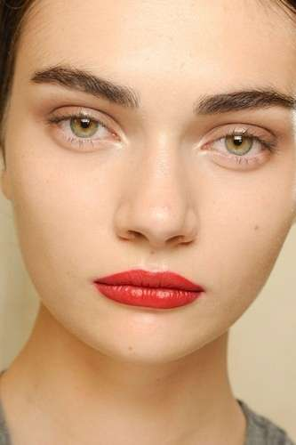 Make up con rossetto rosso