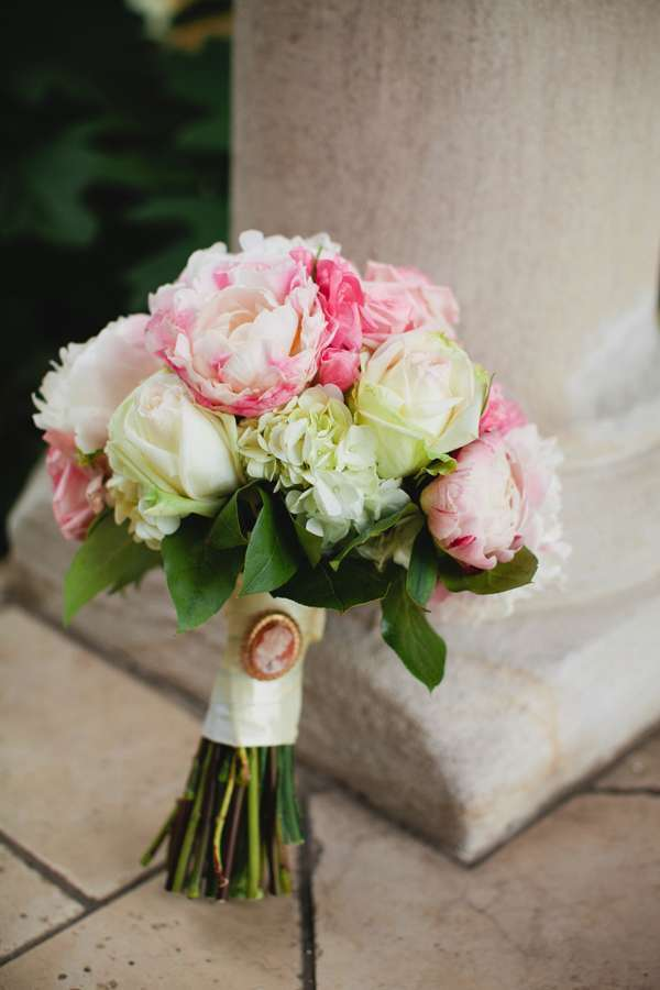 Bouquet con rose e peonie