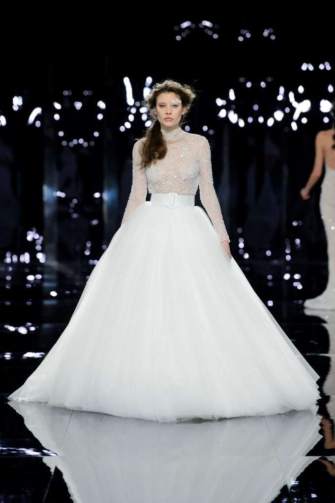 c25b0cdcf4e0 ... Marchesa and Monique Lhuillier have shown spectacular princely dresses  with refined flounces in tulle and organza.