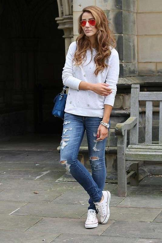 Look con jeans e sneakers