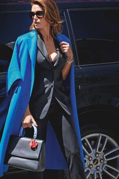 Cindy Crawford con trench e tailleur