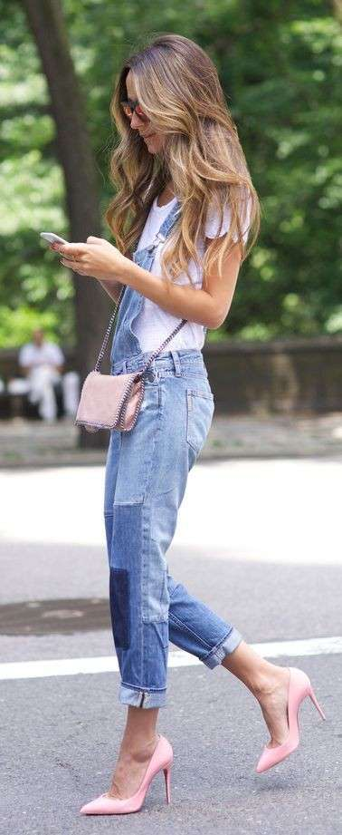 Look in denim con accessori rosa