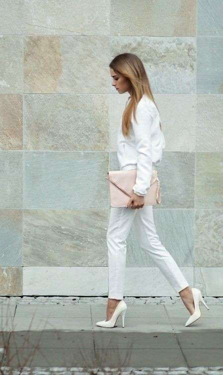 Look in total white con accessori rosa