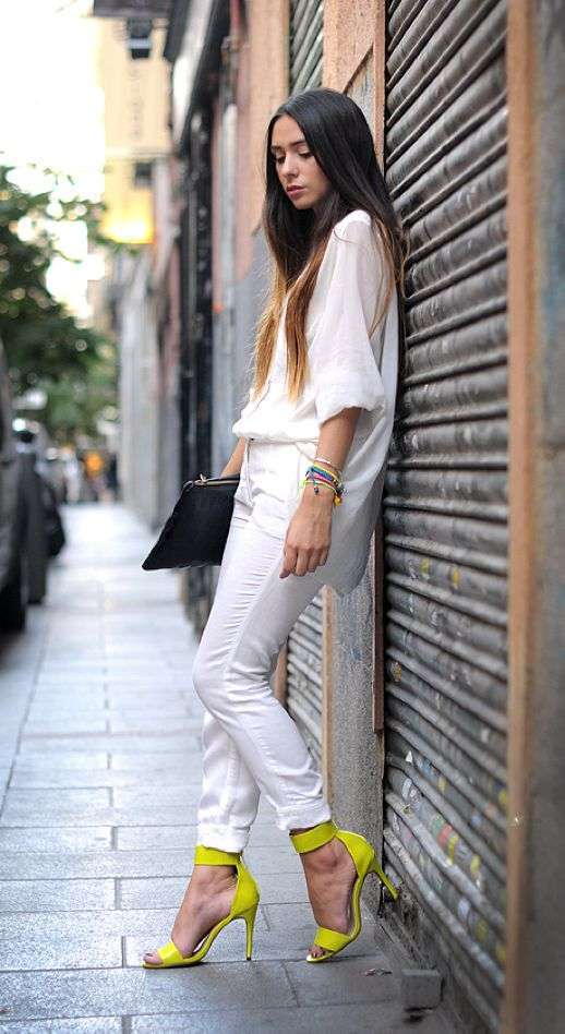 Look in total white con scarpe gialle