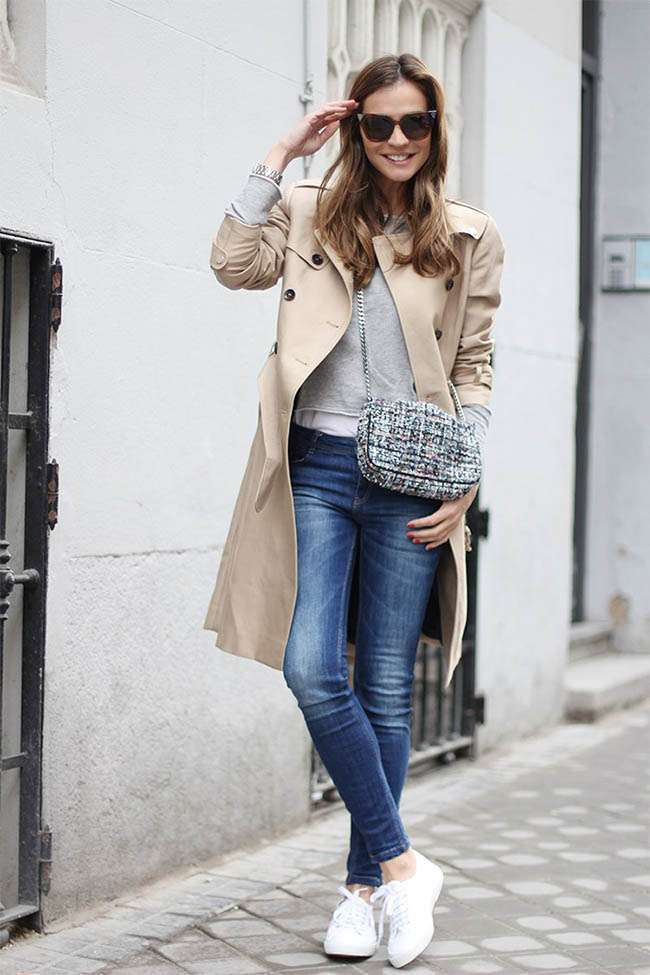 Trench e sneakers