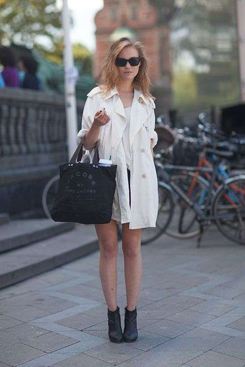 Trench bianco e accessori a contrasto