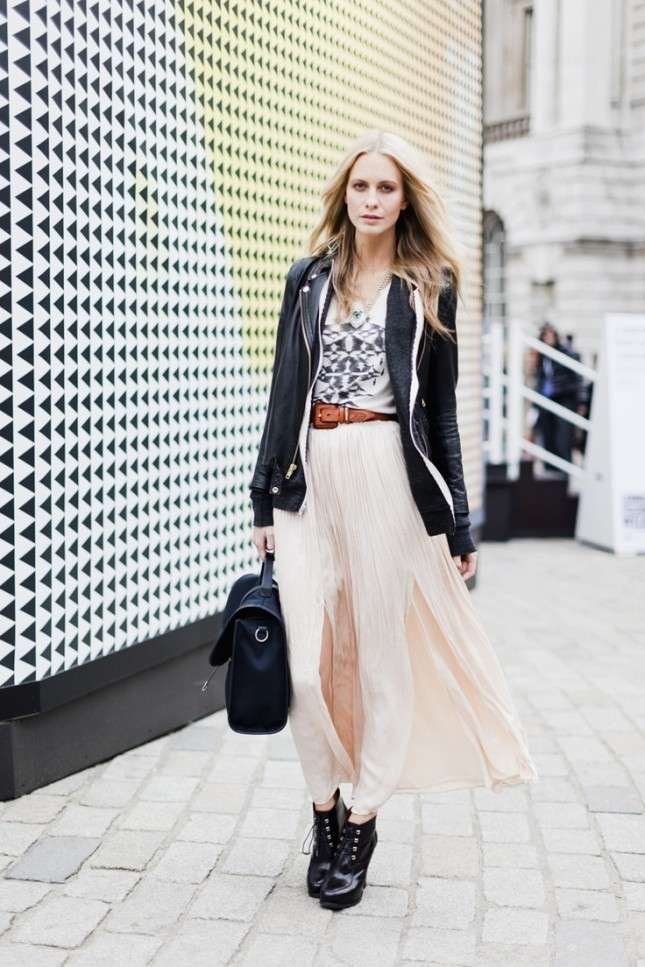 Outfit sporty chic con gonna plissettata