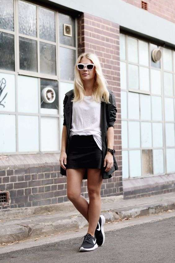Look sporty chic con gonna nera