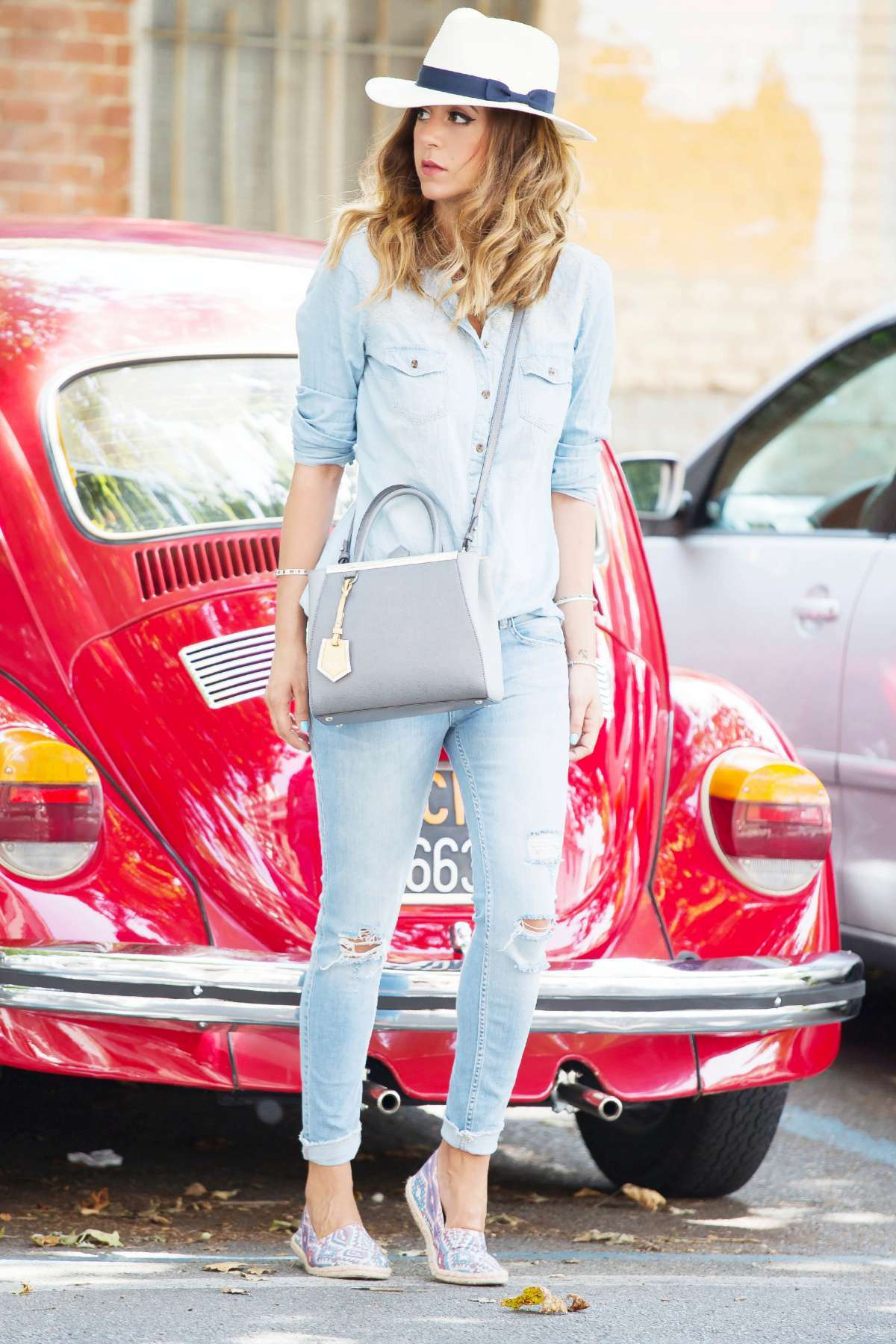 Look con jeans in denim chiaro