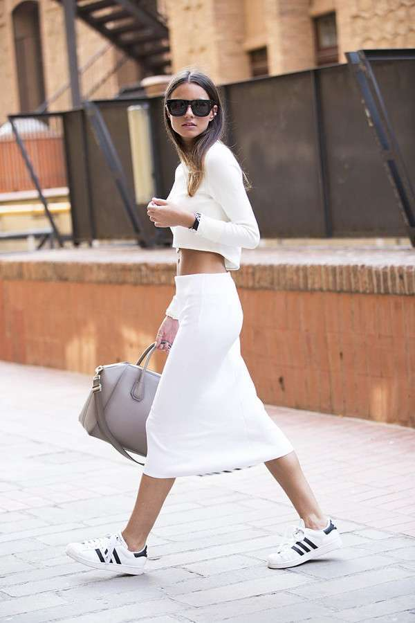 Look in bianco con sneakers Adidas