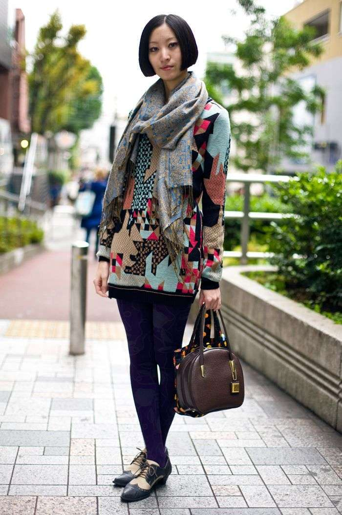 Look colorato con borsa marrone scuro