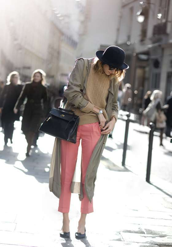 Look con pantaloni colorati