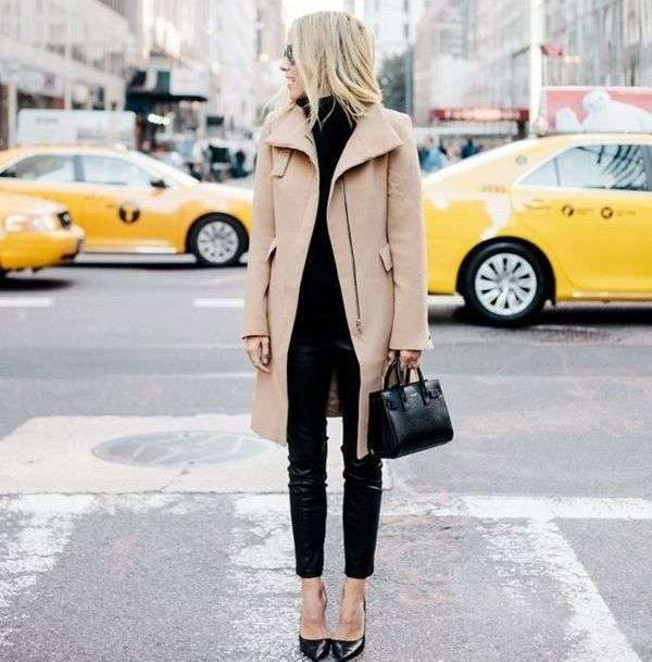 Look in nero con cappotto beige