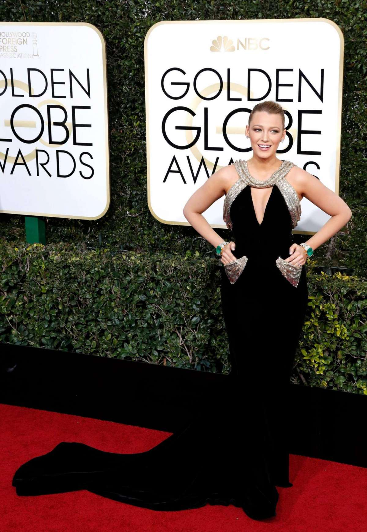 Blake Lively in Atelier Versace ai Golden Globes 2017