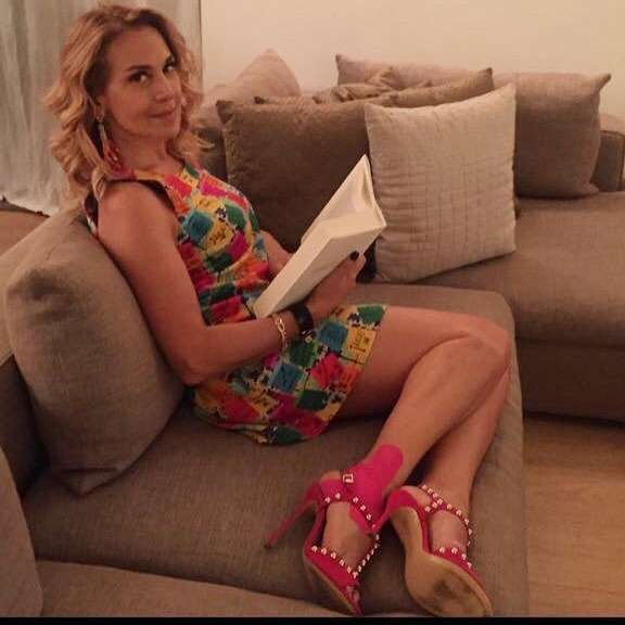 Barbara con mini dress a fiori e scarpe fucsia