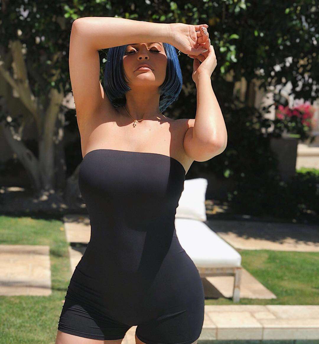 Kylie Jenner con playsuit nero