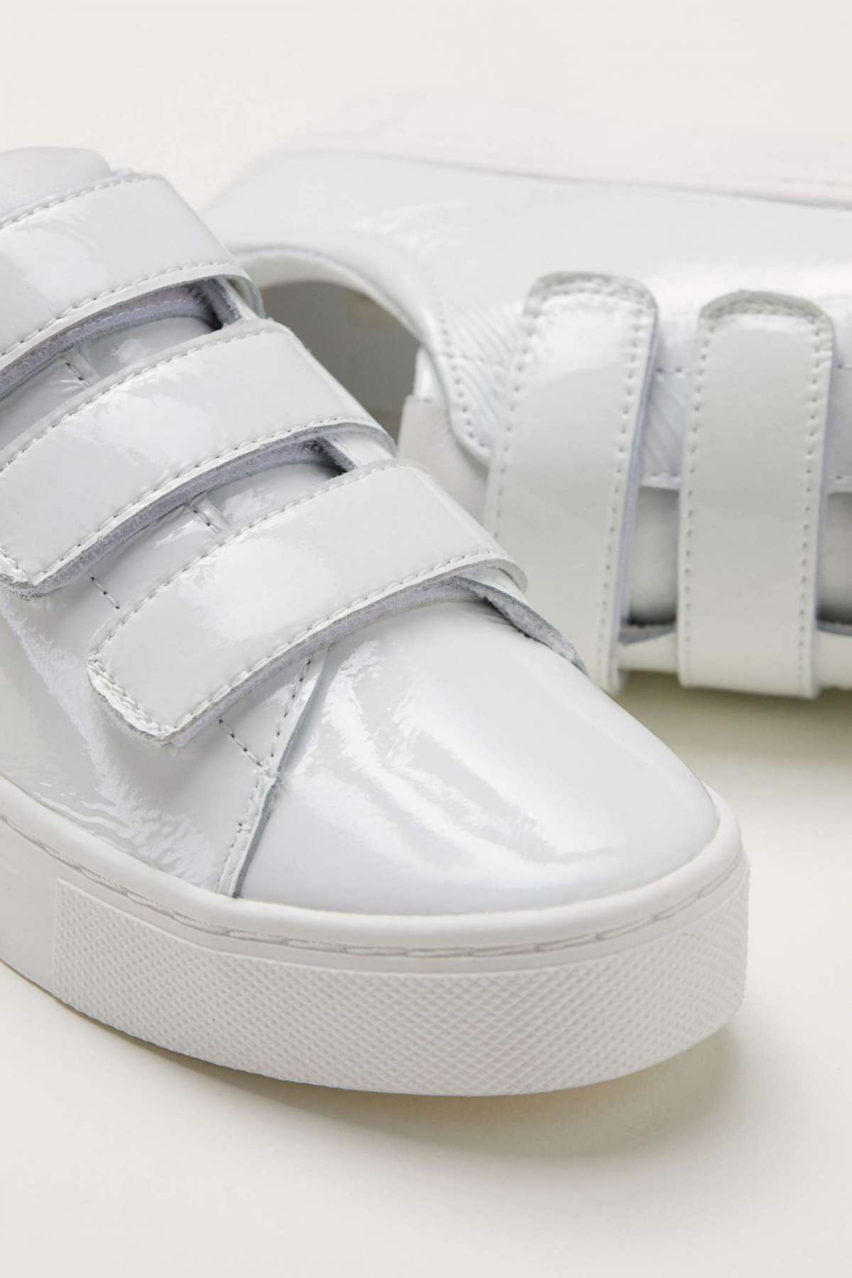Sneakers in pelle laccata H&M a 59,99 euro