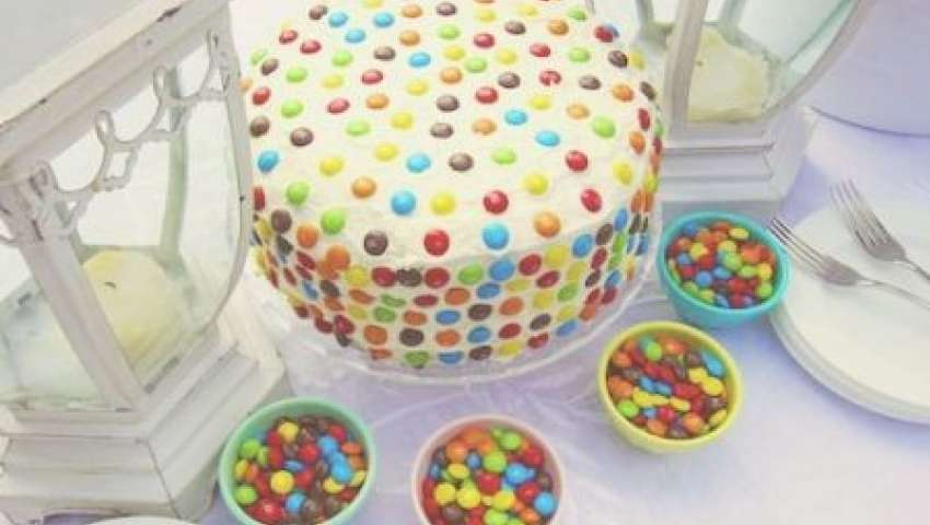 Torta al cioccolato con panna e smarties pourfemme for Decorazione torte con smarties
