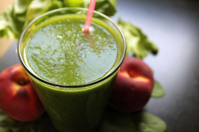 Smoothie con spinaci e pesca